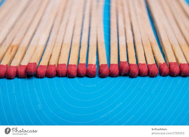 Streichhölzer Linie wählen berühren liegen blau rot Streichholz anzünden Reihe Anordnung Ordnung sortieren Kopf zündend Holz Farbfoto Innenaufnahme