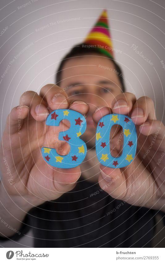 30. Geburtstag Party Veranstaltung Feste & Feiern Mann Erwachsene Hand Finger 1 Mensch 30-45 Jahre Zeichen Ziffern & Zahlen wählen berühren festhalten Blick