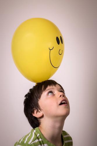 Kind mit Luftballon Freizeit & Hobby Kopf Gesicht 1 Mensch Zeichen wählen beobachten berühren werfen einfach elegant Fröhlichkeit gelb lachen Smiley Blick