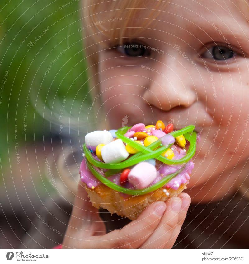süß & süß Lebensmittel Ernährung Essen Mensch feminin Kleinkind Mädchen Kopf Gesicht 1 1-3 Jahre 3-8 Jahre Kind Kindheit gebrauchen Lächeln lachen machen