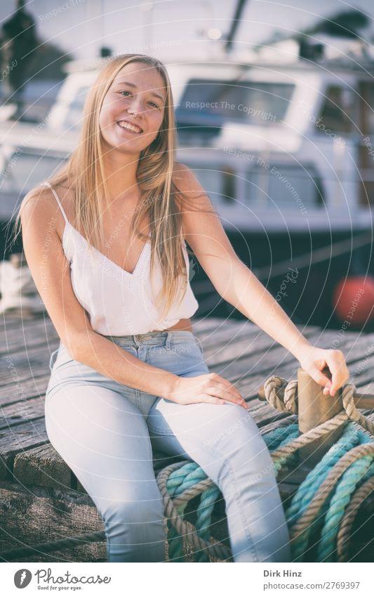 Junge Frau auf einem Bootssteg Freude Sommer feminin Mädchen Jugendliche Schwester Familie & Verwandtschaft Freundschaft 1 Mensch 18-30 Jahre Erwachsene Hafen