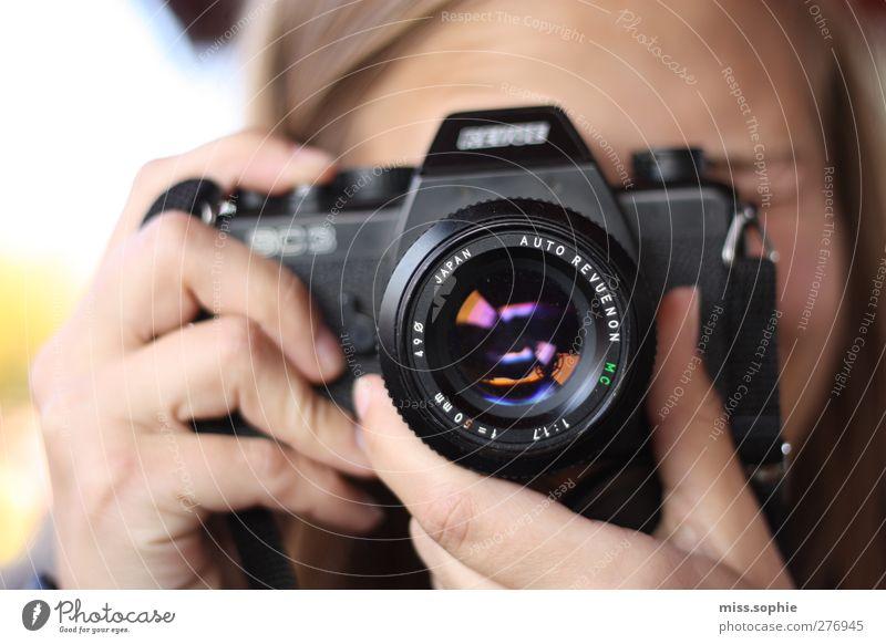 seifenblase. Fotokamera feminin Junge Frau Jugendliche Leben Hand Finger glänzend schön Farbe Glück Inspiration Fotografie Fotografieren mehrfarbig Seifenblase
