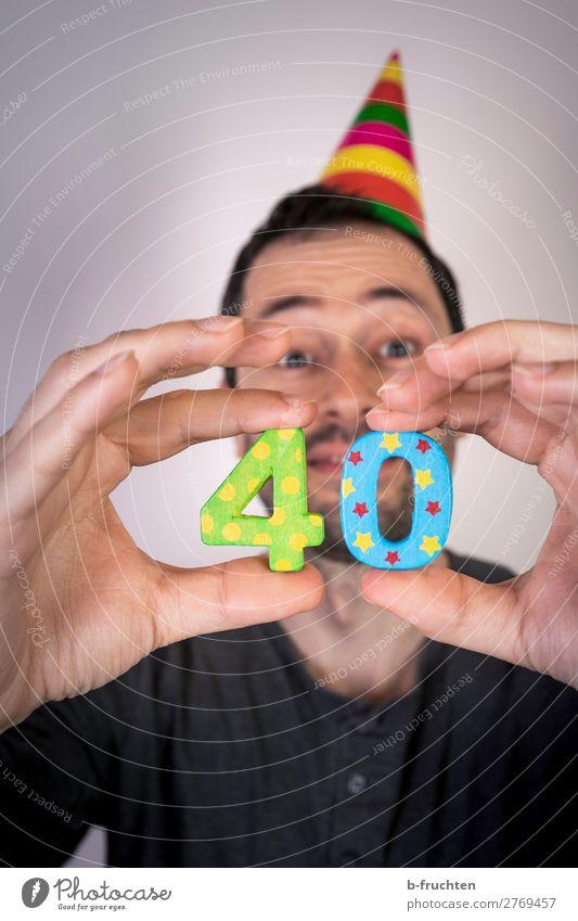40. Geburtstag Party Veranstaltung Feste & Feiern Karneval Mann Erwachsene Gesicht Hand Finger 1 Mensch 30-45 Jahre Hut Holz Ziffern & Zahlen wählen festhalten