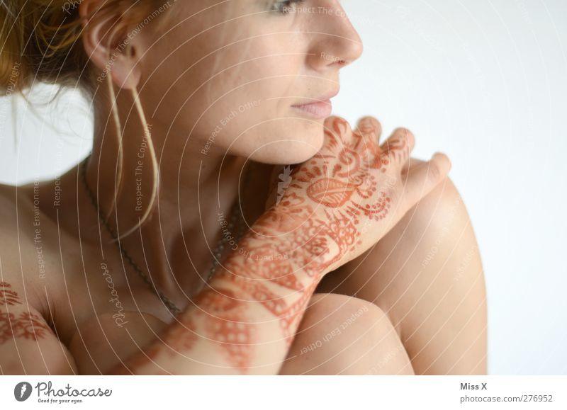 Nicht nackt Mensch feminin Frau Erwachsene 1 18-30 Jahre Jugendliche blond exotisch Tattoo Henna Hennamalerei henna-rot Hand Farbfoto Nahaufnahme