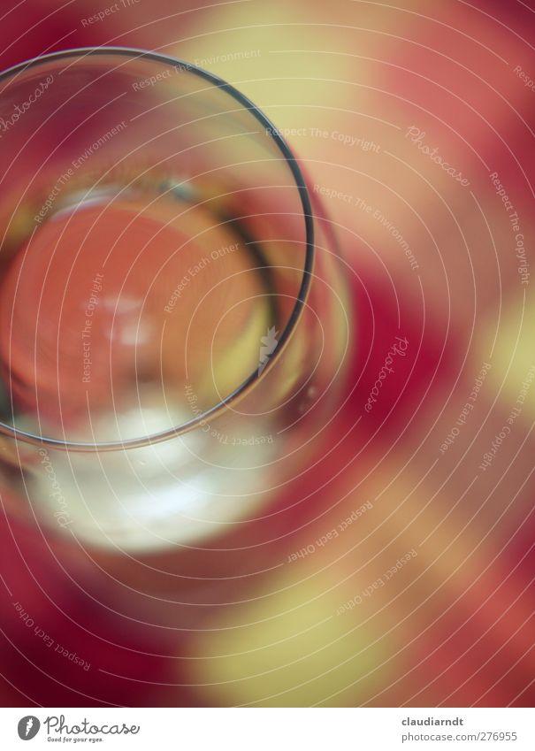 Tief ins Glas schauen Getränk trinken Saft Wein lecker gelb rot abstrakt Kreis Unschärfe kariert Tischwäsche Weinglas Vogelperspektive Ecke Geometrie Farbfoto