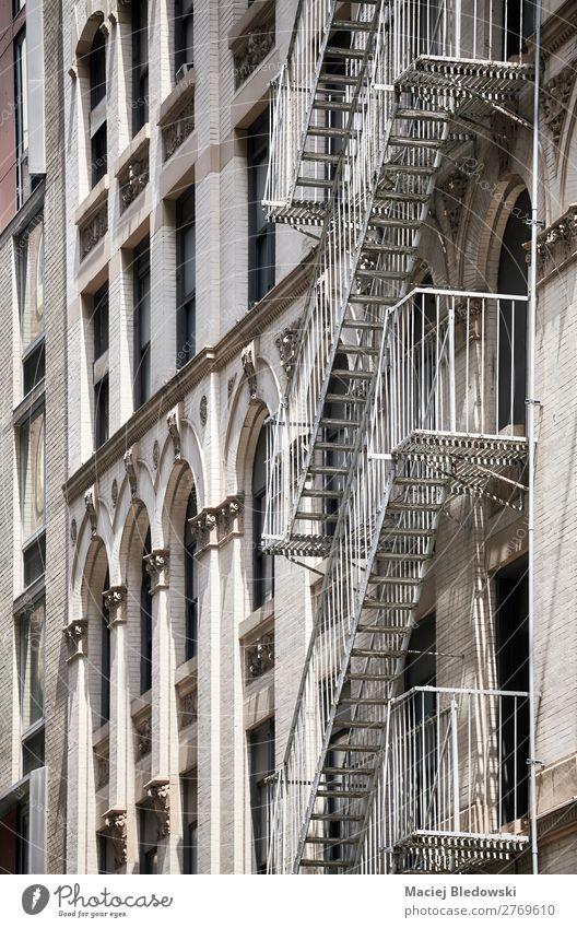 Altbau-Feuerleiter in New York. Reichtum elegant Stil Design Häusliches Leben Wohnung Haus Gebäude Architektur Mauer Wand Treppe Fassade Fenster alt Sicherheit