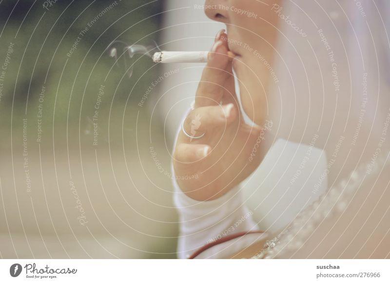 smoking bride Gesicht Nase Mund Hand Finger 1 Mensch 30-45 Jahre Erwachsene Rauchen Gelassenheit Zigarette Ehering Gedeckte Farben Außenaufnahme Detailaufnahme