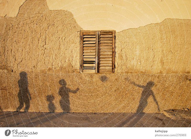 die spiele haben begonnen Freizeit & Hobby Spielen Mensch 4 Fenster Fensterladen Schatten Silhouette Fassade Schattenspiel Farbfoto Außenaufnahme Licht Kontrast