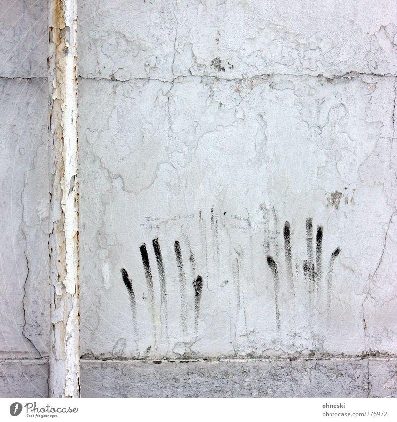 Abgeschmiert Finger Gebäude Mauer Wand Fassade Rohrleitung Zeichen Graffiti alt kaputt Stadt Angst Entsetzen Putz Farbfoto Gedeckte Farben Außenaufnahme