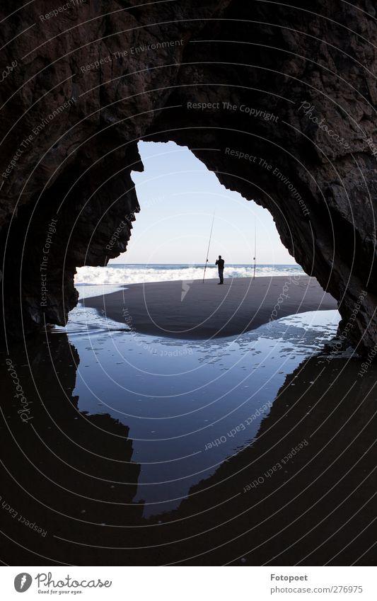 Fischer Mensch Natur Mann blau Wasser Meer Strand Einsamkeit ruhig Erwachsene Erholung Küste Sand braun Felsen Wellen
