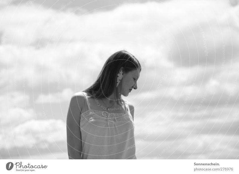 In stillen Momenten leise ruhig feminin Junge Frau Jugendliche 1 Mensch 18-30 Jahre Erwachsene Natur Luft Himmel Wolken brünett Denken warten schwarz weiß