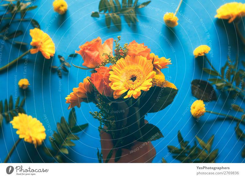 Blumenstrauß aus gelben Blumen in der Hand gehalten Sommer Dekoration & Verzierung Feste & Feiern Valentinstag Muttertag Hochzeit Geburtstag Frühling Rose Blüte