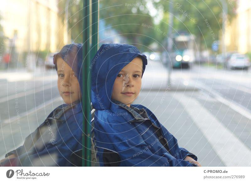 Na wenigstens muss ich nicht allein warten Mensch Kind Stadt Junge Glück Zufriedenheit Kindheit maskulin Lächeln Neugier Jacke Langeweile Interesse Kapuze