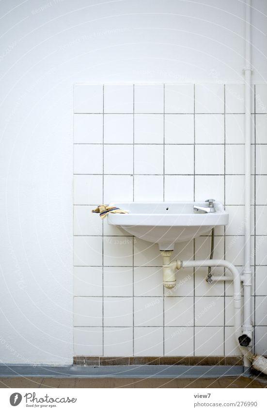 Tafeldienst alt weiß Wand Mauer Innenarchitektur Linie modern frisch authentisch Häusliches Leben Streifen retro Vergänglichkeit Bad einfach Vergangenheit