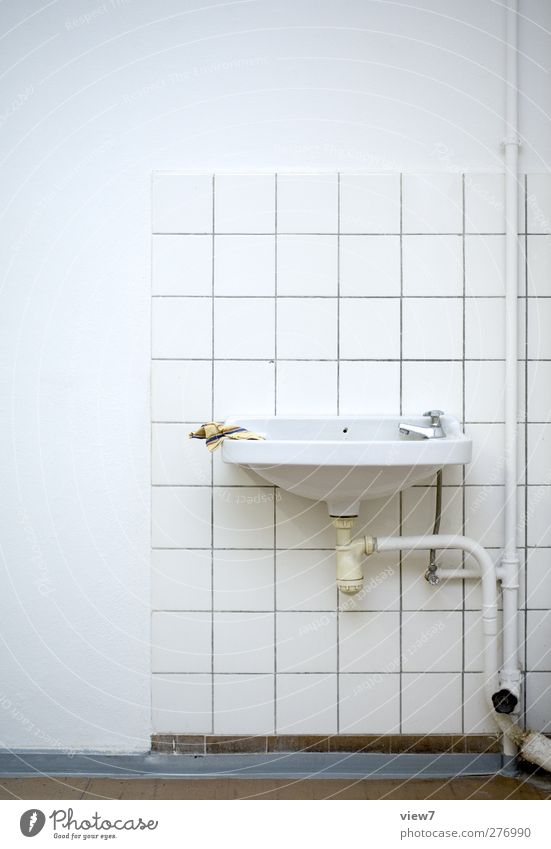 Tafeldienst Häusliches Leben Innenarchitektur Bad Mauer Wand Linie Streifen authentisch einfach frisch modern retro weiß Vergangenheit Vergänglichkeit