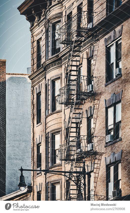 New Yorker Altbau mit Feuerleiter. Häusliches Leben Wohnung Haus Hausbau Kleinstadt Gebäude Architektur Mauer Wand Treppe Fassade Fenster alt retro Sicherheit