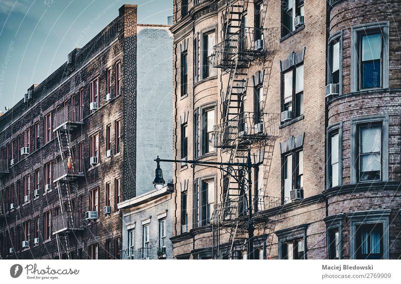 New Yorker Altbauten mit Feuerleitern. Sightseeing Städtereise Häusliches Leben Wohnung Haus Gebäude Architektur Mauer Wand Fassade alt retro Nostalgie nyc