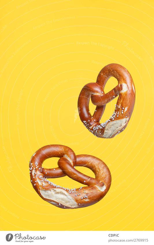 Flying Food Konzept Deutsche traditionelle gesalzene Brezel Brot frisch lecker weich Tradition Markt Hintergrund Lebensmittel salzig essen Snack Salz Brezeln