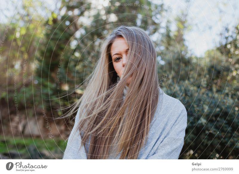 Junge Frau in der Natur Lifestyle Freude Glück schön Gesicht ruhig Winter Weihnachten & Advent Mensch Erwachsene Baum Park Wald Mode blond Lächeln Fröhlichkeit