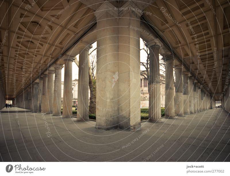 Kolonnaden mit wenig Menschen Klassizismus Säule Rosette Sehenswürdigkeit Museumsinsel Ornament Bekanntheit historisch Originalität Kunst Symmetrie