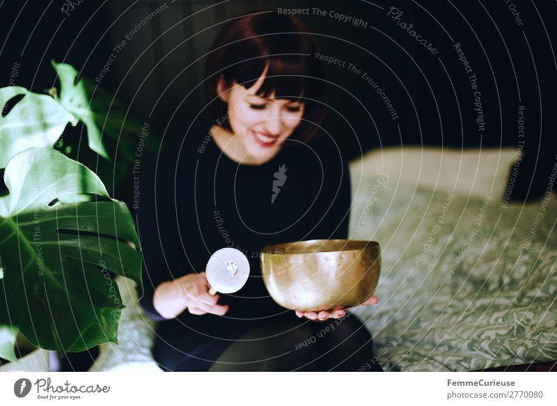 Mindfulness - Woman with singing bowl in her cozy home Gesundheit Leben harmonisch Wohlgefühl Zufriedenheit Sinnesorgane Erholung ruhig Meditation feminin Frau