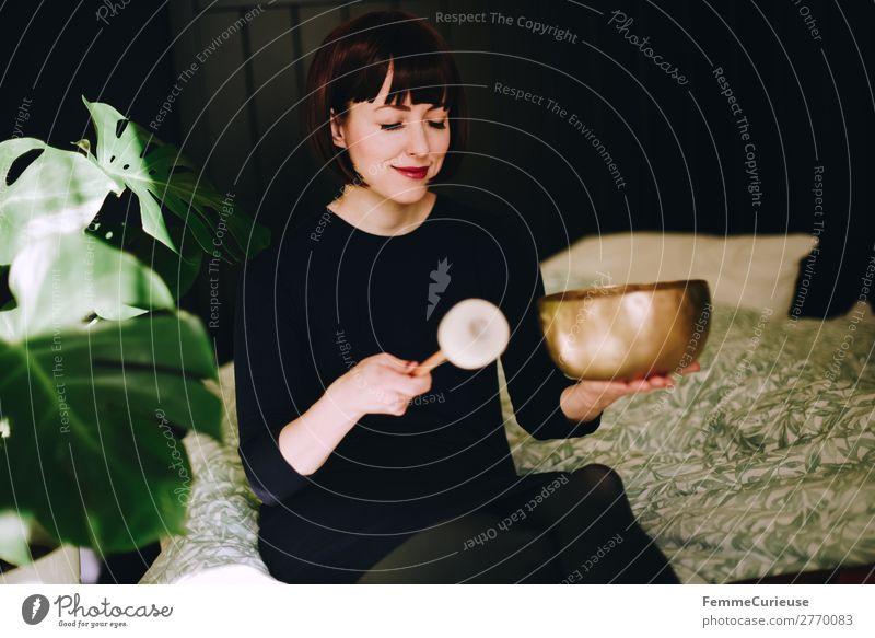 Mindfulness - Woman with singing bowl in her cozy home Gesundheit harmonisch Wohlgefühl Zufriedenheit Sinnesorgane Erholung ruhig Meditation feminin Frau