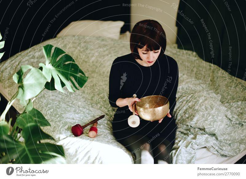 Mindfulness - Woman with singing bowl in her cozy home harmonisch Wohlgefühl Zufriedenheit Sinnesorgane Erholung ruhig Meditation feminin Frau Erwachsene 1