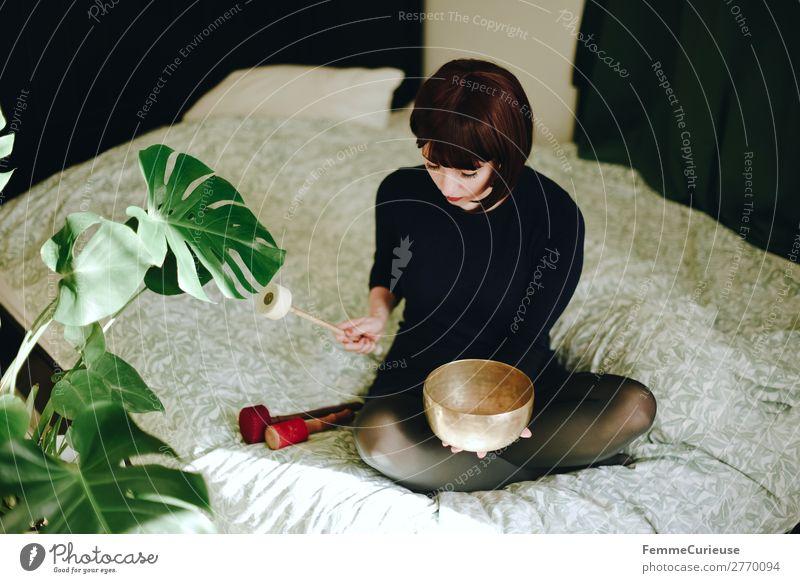 Mindfulness - Woman with singing bowl in her cozy home Lifestyle Freizeit & Hobby feminin Frau Erwachsene 1 Mensch 18-30 Jahre Jugendliche 30-45 Jahre