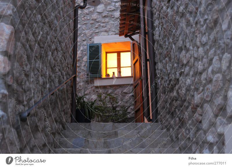 Lichtblick Dorf Menschenleer Haus Gebäude Mauer Wand Fassade Stein gelb grau orange Mallorca Ferienhaus Fensterladen Autofenster Natursteinhaus Treppe leuchten