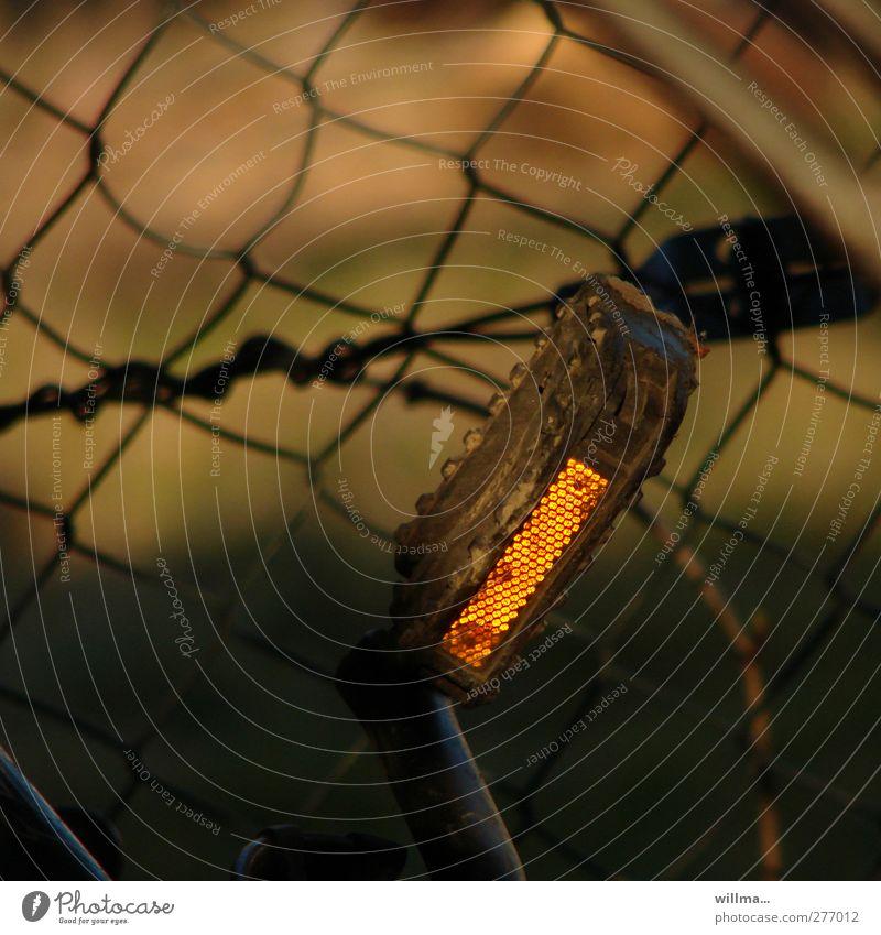 Fahrradpedale mit Reflektor Pedal Rücklicht Detailaufnahme Menschenleer Abend Reflexion & Spiegelung leuchten