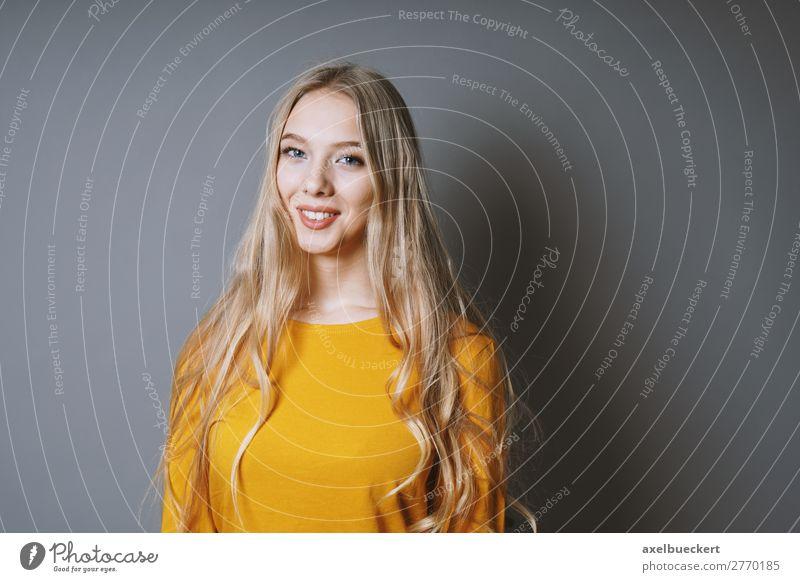 junge Blondine lächelt Mensch feminin Junge Frau Jugendliche Erwachsene 1 13-18 Jahre 18-30 Jahre blond langhaarig Lächeln lachen positiv Gefühle grinsen Freude