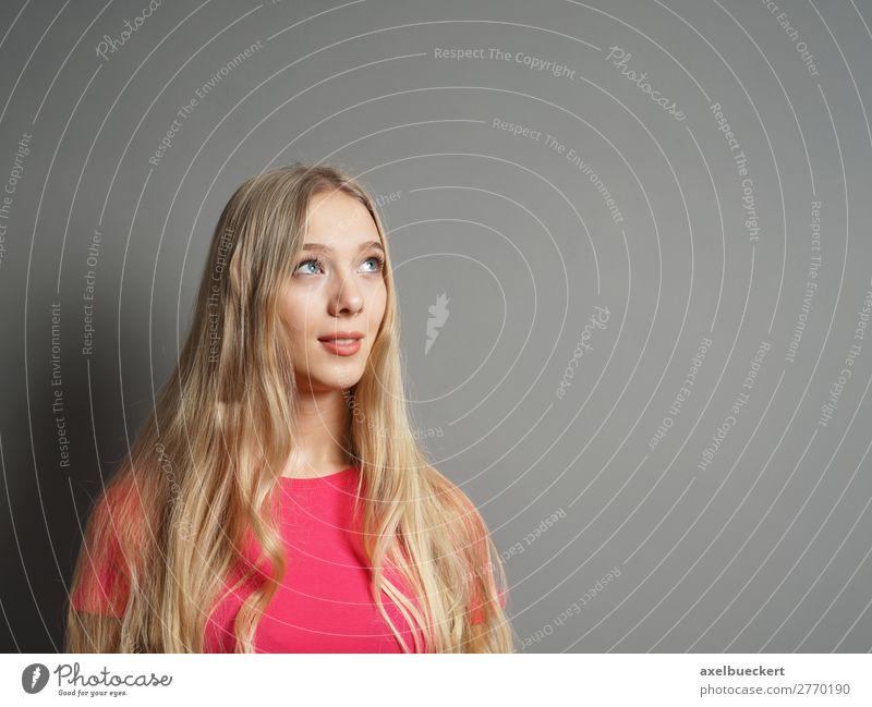 junge Frau schaut nach oben zum Textfreiraum Mensch feminin Junge Frau Jugendliche Erwachsene 1 13-18 Jahre 18-30 Jahre Mauer Wand T-Shirt blond langhaarig rosa