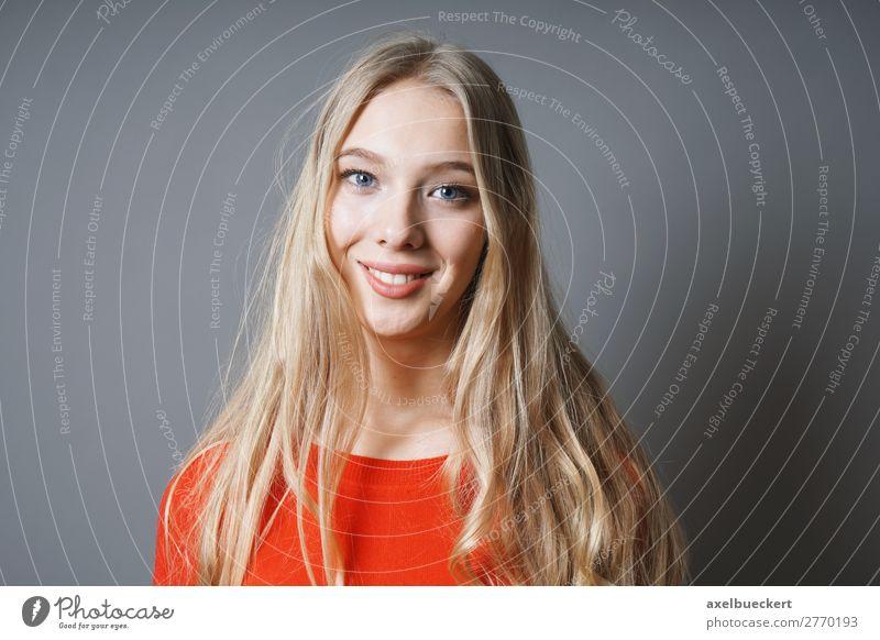 glückliche junge bolnde Frau Mensch feminin Junge Frau Jugendliche Erwachsene 1 13-18 Jahre 18-30 Jahre blond langhaarig positiv Gefühle Glück grinsen Lächeln