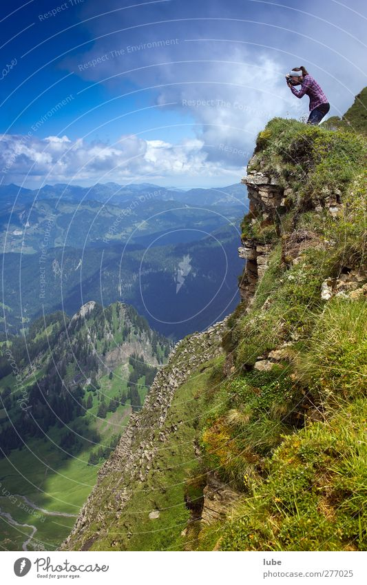 Mutige Fotografin Klettern Bergsteigen Frau Erwachsene 1 Mensch Natur Landschaft Pflanze Tier Erde Himmel Wolken Horizont Sommer Schönes Wetter Hügel Felsen