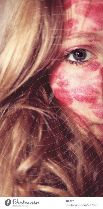 Geküsst Mensch Junge Frau Jugendliche Gesicht 1 blond langhaarig Küssen rot Lippenstift Kussabdruck Farbfoto Starke Tiefenschärfe Blick in die Kamera