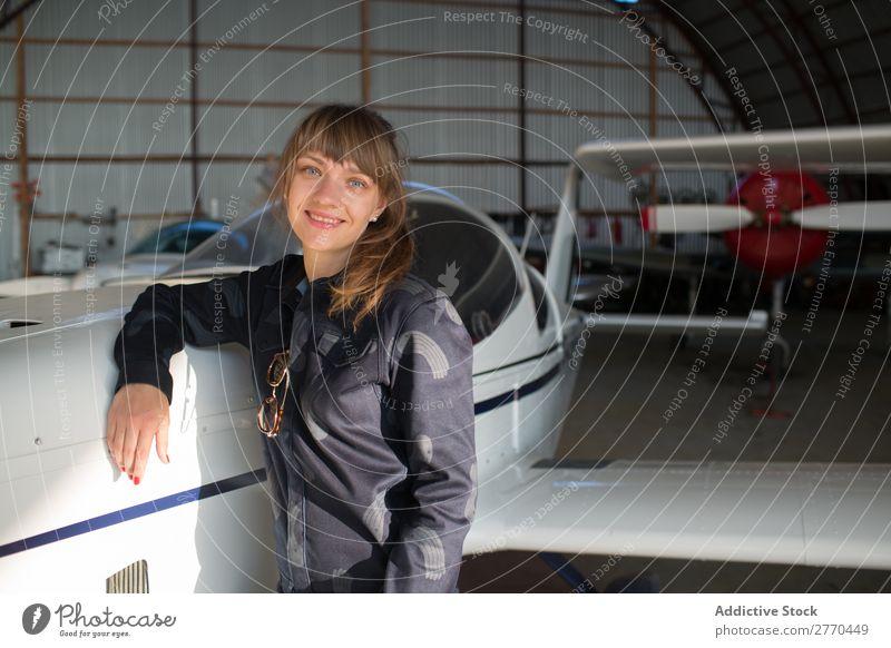 Mädchen posiert im Hangar Frau Flugzeug Körperhaltung Luftverkehr Ingenieur Flugzeugwartung Freiheit Verkehr Jugendliche Freizeit & Hobby selbstbewußt