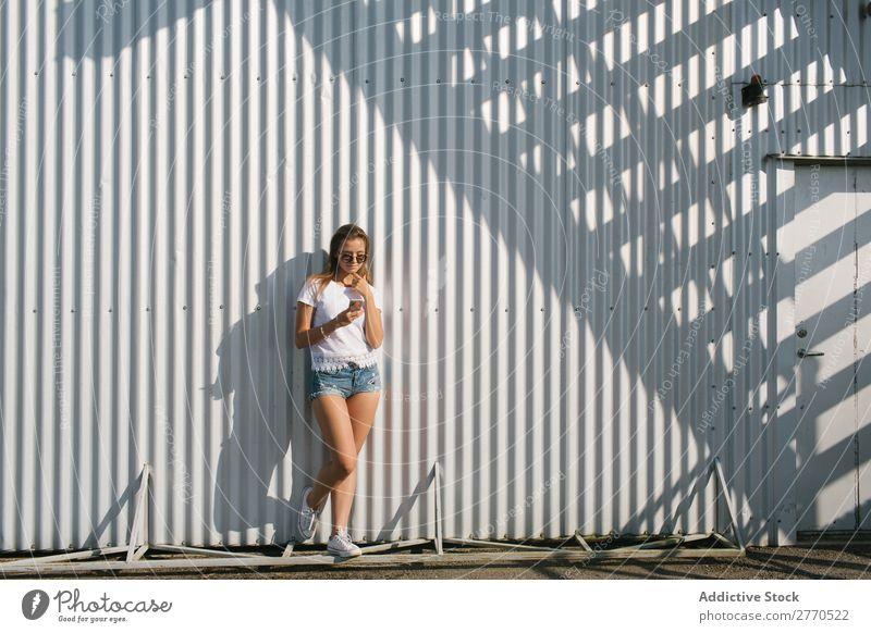 Youngster posiert mit Smartphone auf der Straße Frau Stadt PDA Erholung selbstbewußt Stil Körperhaltung Sommer Technik & Technologie Freizeit & Hobby Verbindung