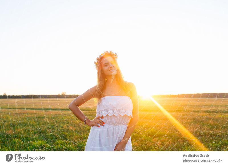 Romantische Frau auf der grünen Wiese romantisch Feld geblümt Grabkränze Stil feminin Freude zart Model Freiheit Landschaft Freizeit & Hobby Fröhlichkeit gold