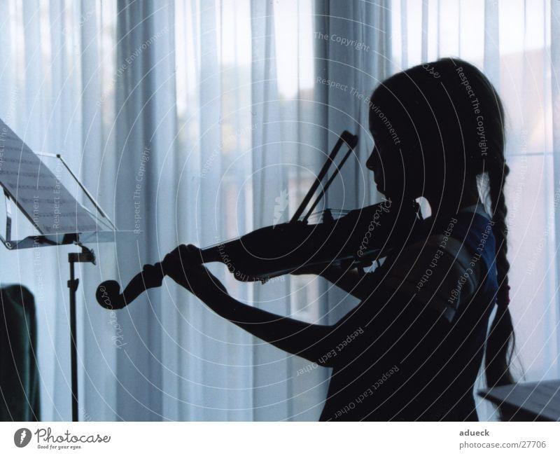 Die Musikerin Zopf Mädchen Kind Geige Spielen Silhouette Gardine Konzentration Konzert Musiknoten Profil blau bläulich