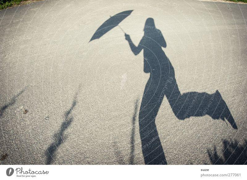 Regenüberlauf Mensch Umwelt Straße Bewegung Wege & Pfade grau lustig Wetter laufen Schönes Wetter Regenschirm Verkehrswege Sonnenschirm Humor Fußgänger