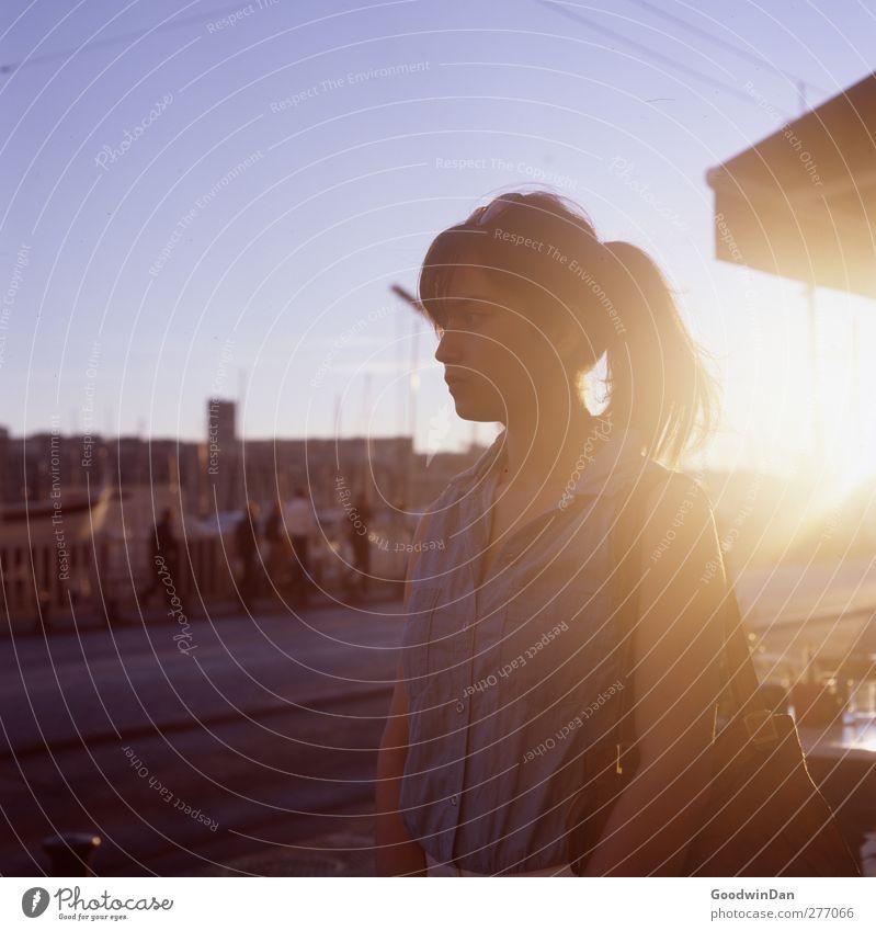 Marseille. Mensch Frau Jugendliche schön Einsamkeit Erwachsene feminin Junge Frau Traurigkeit Denken träumen Stimmung warten authentisch einfach Hafen
