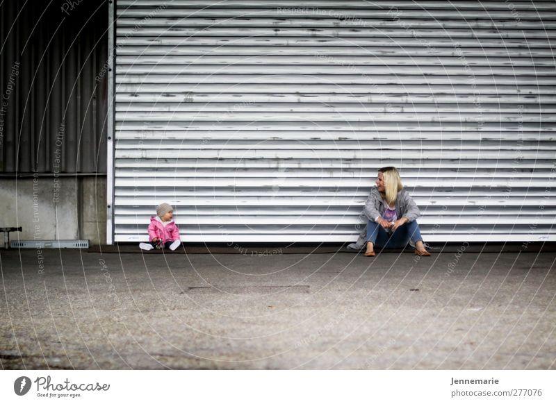 Hey du! Kind Junge Frau Jugendliche Mutter Erwachsene Leben 2 Mensch 0-12 Monate Baby 18-30 Jahre blond sitzen Coolness gut Farbfoto Außenaufnahme