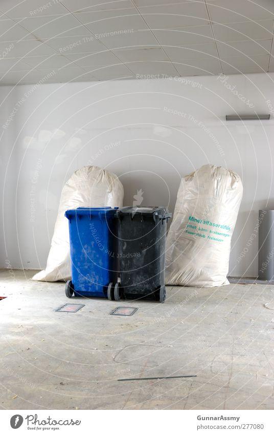 Dreifaches Duett blau weiß schwarz grau Baustelle Handwerk Arbeitsplatz Recycling Müllbehälter Verpackung Müllverwertung Müllsack Recyclingcontainer