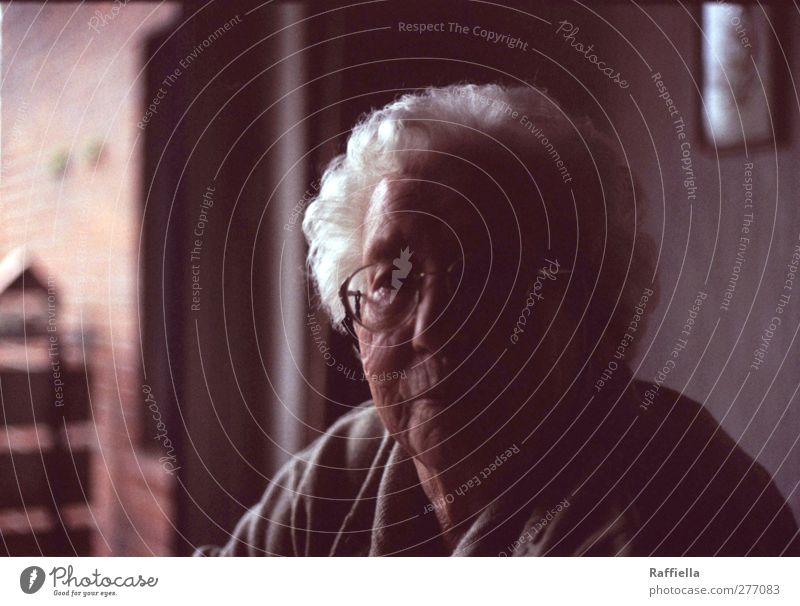 sonntagabend. Mensch Frau alt ruhig Erwachsene Gesicht dunkel Fenster feminin Wand Senior Gefühle Haare & Frisuren Mauer Kopf Stimmung