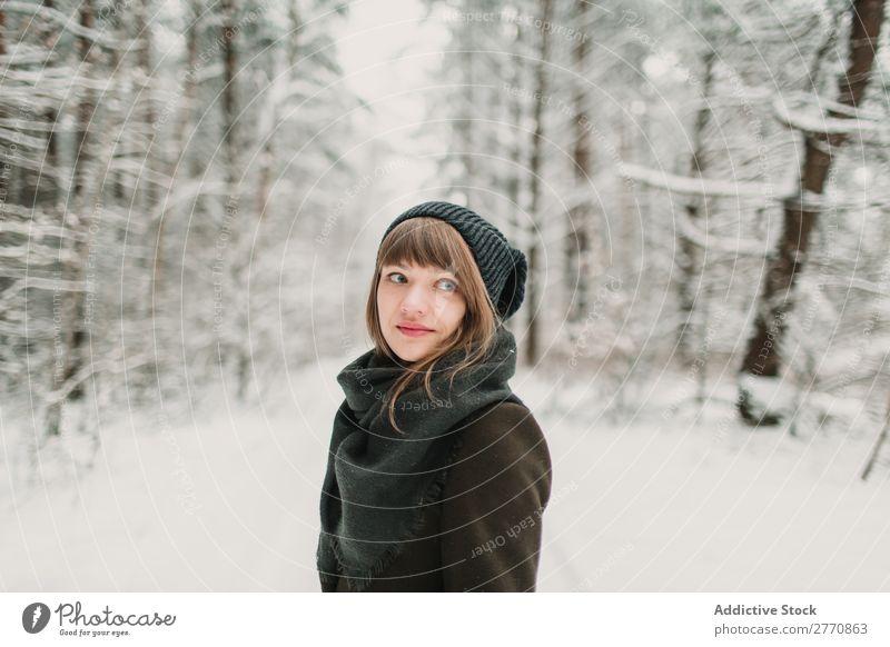 Nackte Frau, die am Feuer im Schnee sitzt. - ein