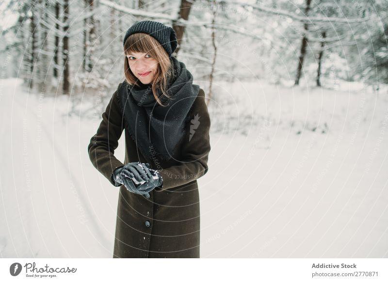 Fröhliche Frau mit Spaß im Winterwald Wald Schnee kalt Natur Jugendliche springen Freude Straße Wege & Pfade weiß schön Glück Jahreszeiten Lifestyle
