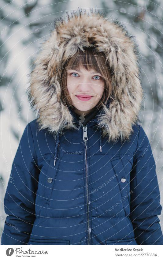 Fröhliche Frau im Winterwald Wald Schnee kalt Natur Jugendliche weiß schön Glück Jahreszeiten Freude Lifestyle Freizeit & Hobby Porträt Park Fröhlichkeit heiter