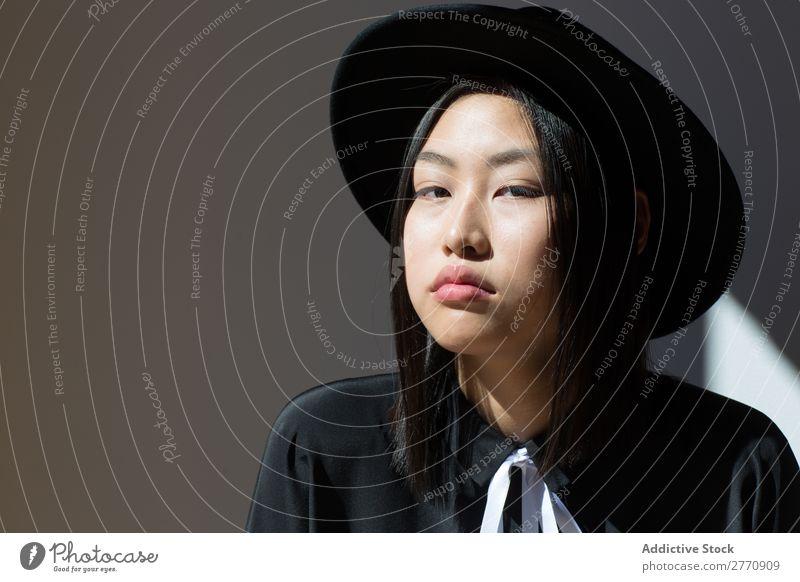 Stylische asiatische Frau mit Blick auf die Kamera Stil modisch Hut Kleid schön Mode Beautyfotografie Jugendliche Model Porträt attraktiv elegant Glamour hübsch