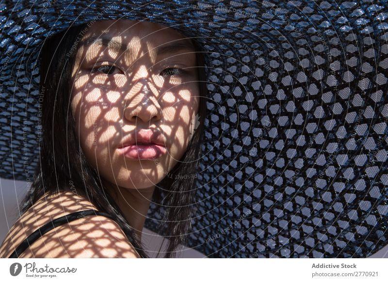 Asiatin mit großem Hut Frau Stil modisch asiatisch Sonne Schutz Schatten Raster schön Mode Beautyfotografie Jugendliche Model Porträt attraktiv elegant Glamour