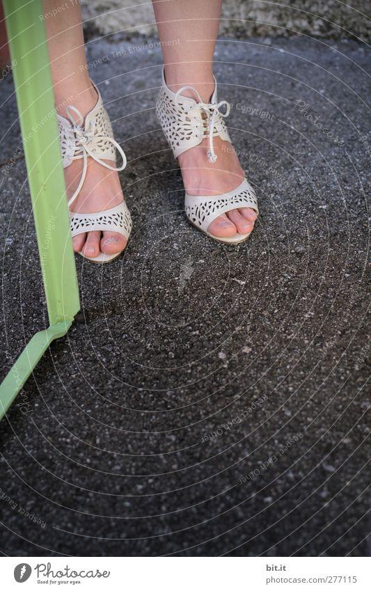 Bein an Bein Mensch Frau Jugendliche schön Freude Erwachsene Straße feminin Beine Fuß Feste & Feiern Schuhe Haut elegant stehen Tisch